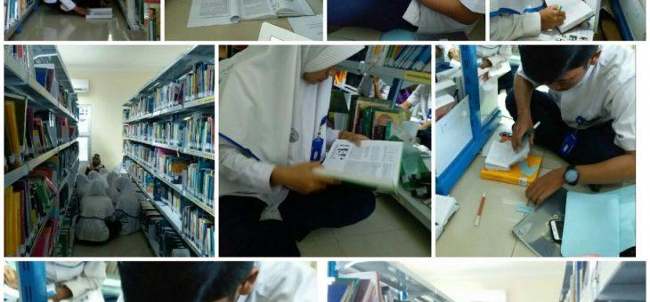 Suasana akademik mahasiswa di perpustakaan unikal